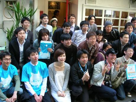 記念写真を撮る参加者とスタッフ