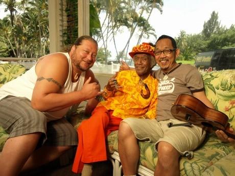 左:マイクさん、右:山内康弘さん、中央:アンクル・ジョージ・ナオペさん(2008年ハワイ島コナのホテル。撮影者:ブルースオズボーン)