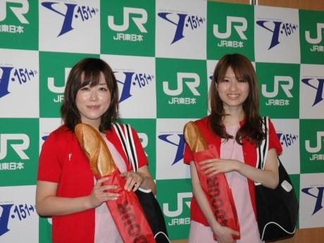 「Y151記念列車」に同乗する「横浜元町リカちゃん」と同じ装いの人間リカちゃん
