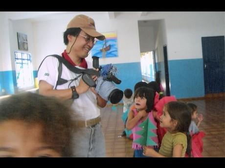 作品「あもーる あもれいら」の舞台となる保育園を取材中の記録映像作家・岡村淳さん