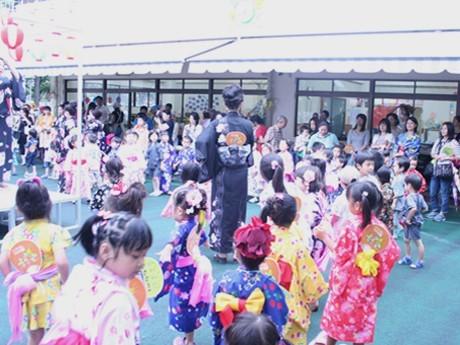 「よこはまアラメヤ音頭」を踊る園児たち
