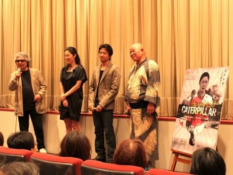 8月14日に行われた舞台挨拶の様子(左より、若松孝二監督、寺島しのぶさん、大西信満さん、篠原勝之さん)