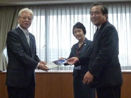 直嶋正行経済産業大臣(左)にマスタープランを提出する林文子横浜市長(中央)。右は企業代表の東芝・北村秀夫執行役専務