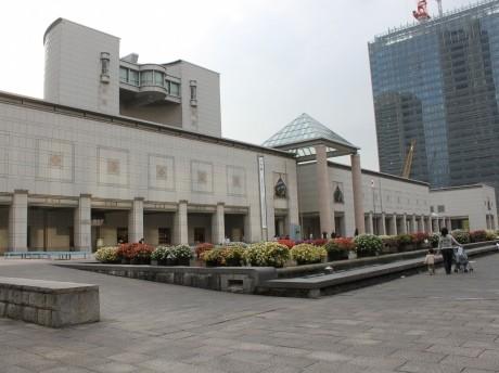 会場となる横浜美術館前・美術の広場