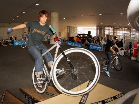 自転車を軸に競技パフォーマンスや展示、映像上映など、さまざまなプログラムが行われる