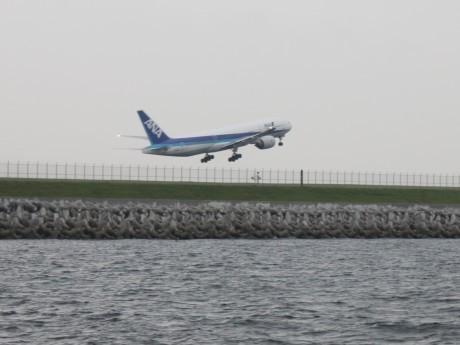 新滑走路間近の海上から旅客機が離着陸する姿を楽しめる