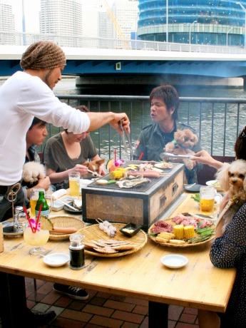 横浜東口・運河沿いのテラス席で手ぶらでバーベキューを楽しめる