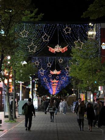 イセザキ・モールの光の回廊「イセザキ☆ライト」には、5万個の発光ダイオード電球が輝く