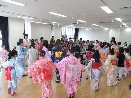 野毛Hana*Hanaで「よこはまアラメヤ音頭」を練習する地元の子どもたち