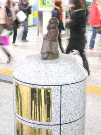 JR横浜駅の中央通路に移設された「赤い靴はいてた女の子像」