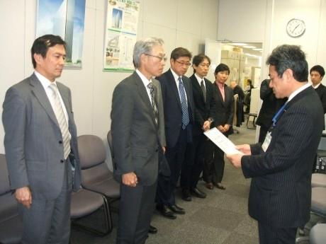 横浜市建築局の鈴木伸哉局長から三井不動産の山代裕彦さんにCASBEE横浜認定書が交付された
