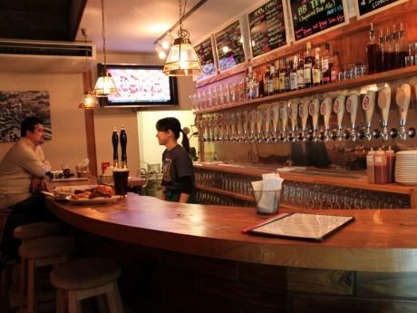 ベアードビール直営店「馬車道タップルーム」のビアカウンターには計27のタップが並ぶ