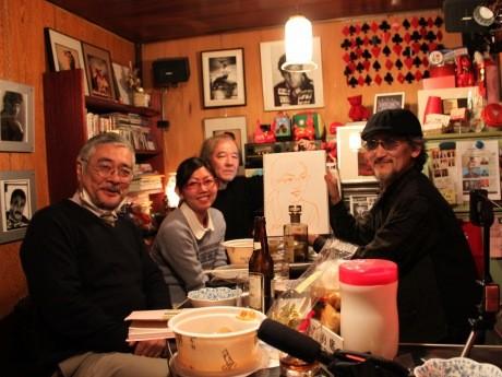 「バー はる美」店内の様子(右より、似顔絵Barのマスター高橋晃さん、フォトグラファー磯田守人さん、くつろぐお客さん)