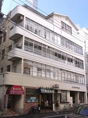 横浜市歴史的建造物に認定されたインペリアルビルの外観。建設当初は1階にレストランもあった。