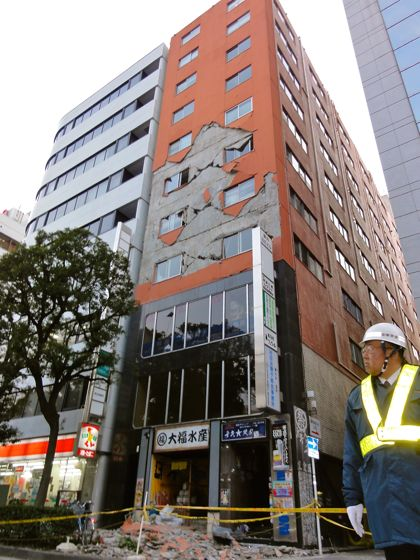 外壁がはがれ落ちた横浜スタジアム付近のビル