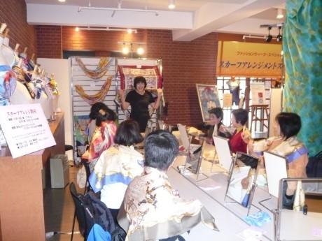 前回の「横浜ファッションウィーク」スカーフ教室の様子