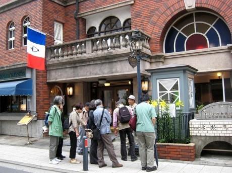 昨年行われたツアー「横浜フランス尽くし」の様子(馬車道十番館前)©幸山義紀