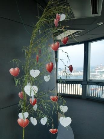 29階展望フロアでは、限定「ハート型短冊」を笹の葉に飾り付けることができる