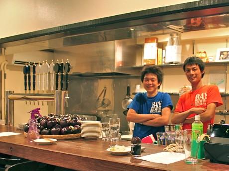 ビール醸造師の鈴木真也さん(左)と安藤耕平さん