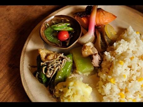 ランチプレートでは京のおばんざいをベースにした惣菜がたのしめる