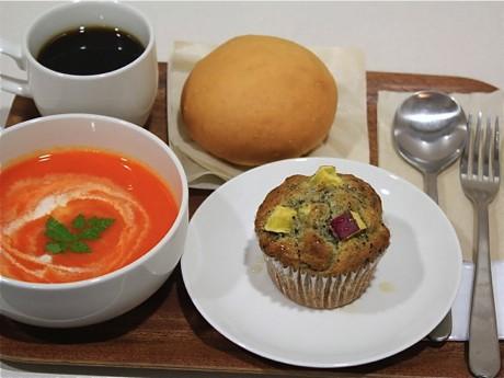 めぐカフェ:「サツマイモと黒ゴマのハニーマフィン」と野菜スープ・パン・ドリンクとのセット
