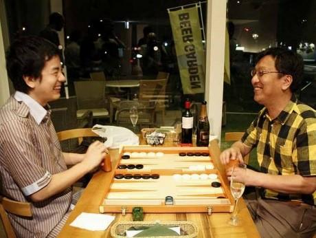 バックギャモンナイトの様子(写真左は、世界チャンピオンの鈴木琢光さん)© 楽遊庵