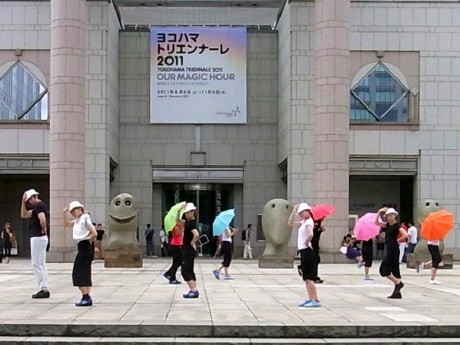 横浜美術館前でパフォーマンスするヨコトリキャラバンズ