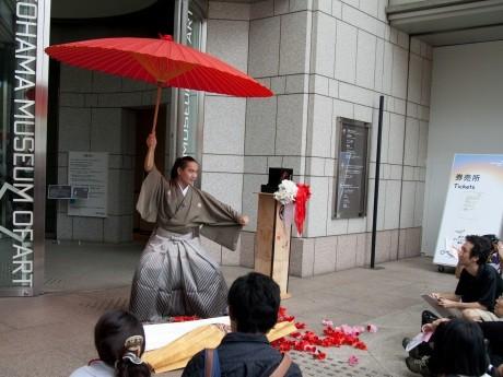 横浜美術館入口でパフォーマンスする藤山晃太郎さん