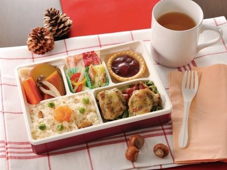 「デリカ ワン」には野菜を中心とした惣菜、デザートが詰められている