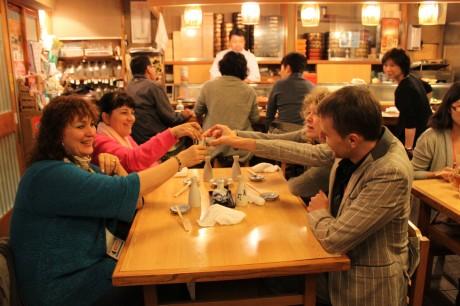 日本酒で乾杯するロシア人のバイヤーたち(「錦寿司」店内)