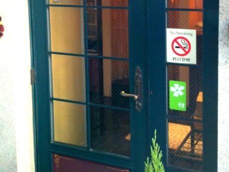 店舗の入り口に貼られた「トイレ貸出サイン」