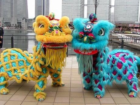 幸せを招き、厄病退治や悪魔払いとして 古くより伝えられている「中国獅子舞」も登場