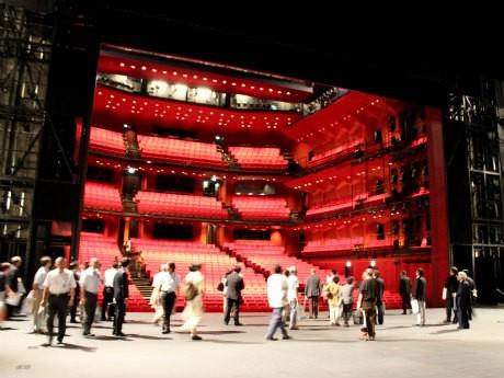 約1,300の客席を備える神奈川芸術劇場のホール