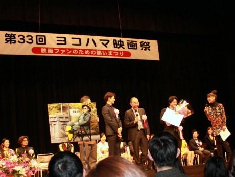 故・原田芳雄さんにヨコハマ映画祭最優秀男優賞が贈られた(左より、原田芳雄さん写真、瑛太さん、でんでんさん、阪本順治監督)