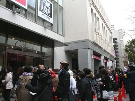 店頭には入店を待つ人々の行列ができた