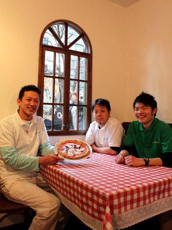 「キアッキェローネ」のスタッフたち(写真左は、ピッツァ職人の篠竜太さん)