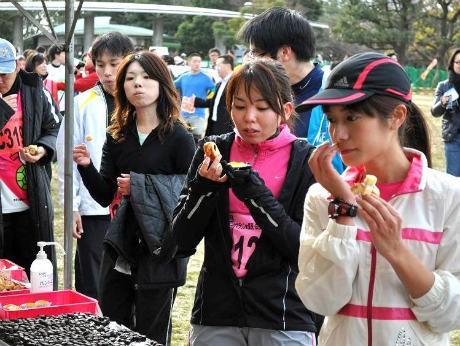 エイドステーションでスイーツを補給する参加者(東京・お台場大会)