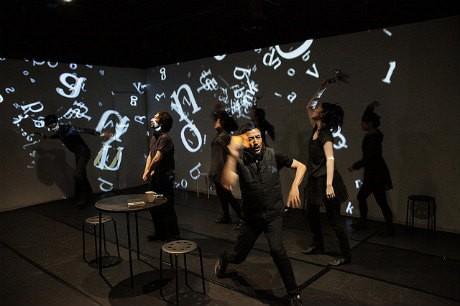 ミクニヤナイハラプロジェクト「幸福オンザ道路」準備公演(2010年7月:STスポット)撮影:佐藤暢隆