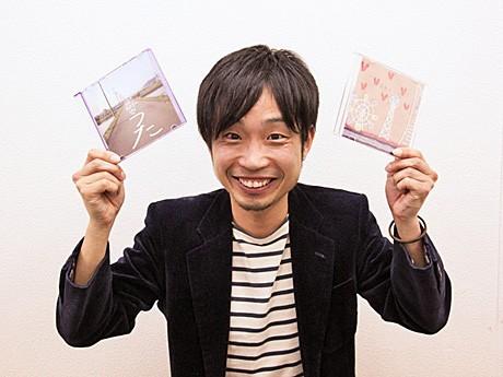 完成した楽曲CDを手にする穂積ユタカさん