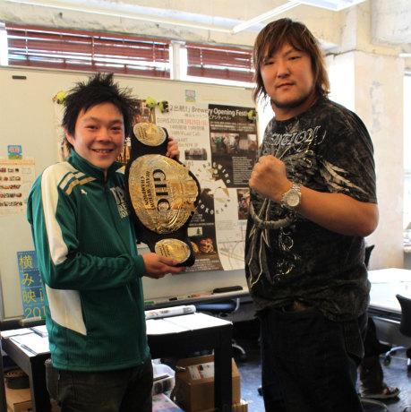 横浜出身のビール醸造師・鈴木真也さん(左)とプロレスリング・ノア第18代GHCヘビー級チャンピオンの森嶋猛選手