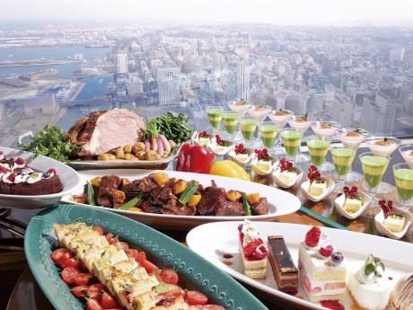 スカイラウンジ「シリウス」はローストビーフなど約50種類の料理がたのしめるランチビュッフェを提供