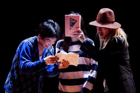 岡崎藝術座『レッドと黒の膨張する半球体』(2011年)撮影:富貴塚悠太