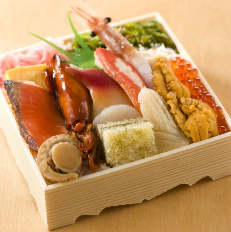 13種類の海の幸を盛り付けた海鮮弁当「海峡のひかり」(「掴み鮨 海楽」)