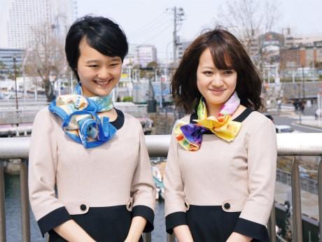 スカーフ親善大使任命式に出席する尾上多恵子さん(左)と佐野愛美さん