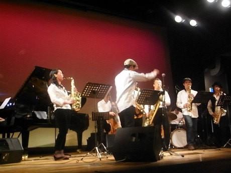 関内ホールで演奏する「濱サク」メンバー