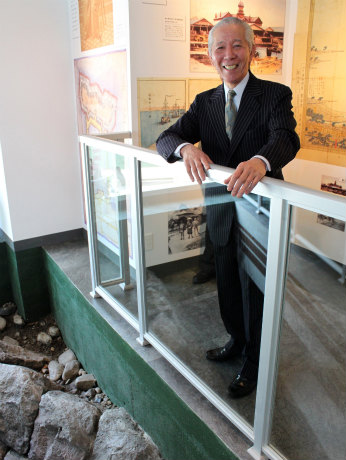 資料室のオープンを喜ぶ「栄光」の朝日恒男会長