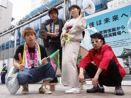 左から、杉原邦生さん、木ノ下裕一さん、白神ももこさん、多田淳之介さん (2012年5月 改修中の歌舞伎座前)