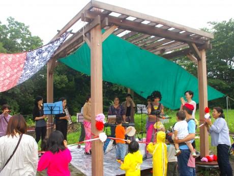 本牧山頂公園の遊び場「雨だれデッキ」(オープニングの様子)