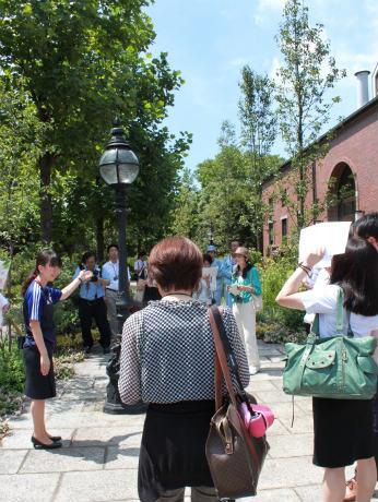「自然の恵みを感じるツアー」の様子(写真左は、キリン横浜ビアビレッジ ブルワリーツアーガイドの井上李里子さん)