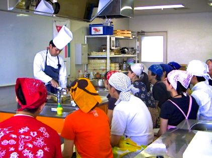 昨年行われた新婚カップル向け「お魚料理教室」の様子
